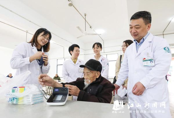 为百岁老人送健康